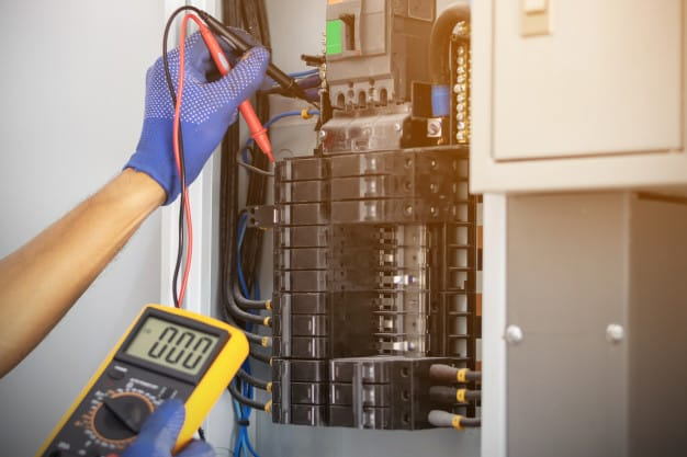 תיקוני חשמל: החלפת שקע חשמל, תיקון קצר בארון החשמל ועוד - תמרי חשמל